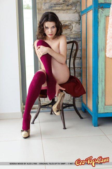 Француженка показала киску  в голом виде - фото эротика.