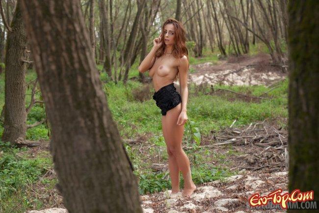 Рыжая красотка  обнажила стройное тело - фото эротика.