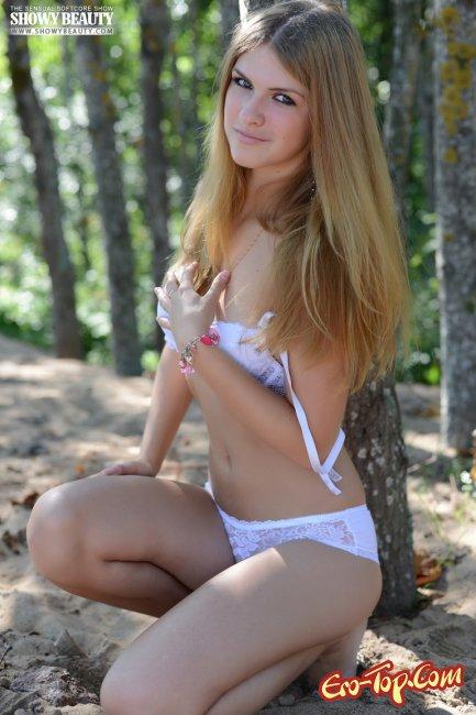 Девушка разделась на природе и засветила бритую киску - фото эротика.