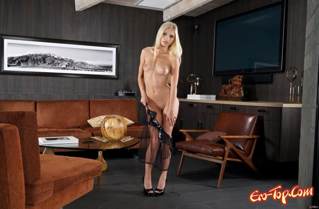 Красивая киска блондинки крупно во время мастурбации дилдо - фото.
