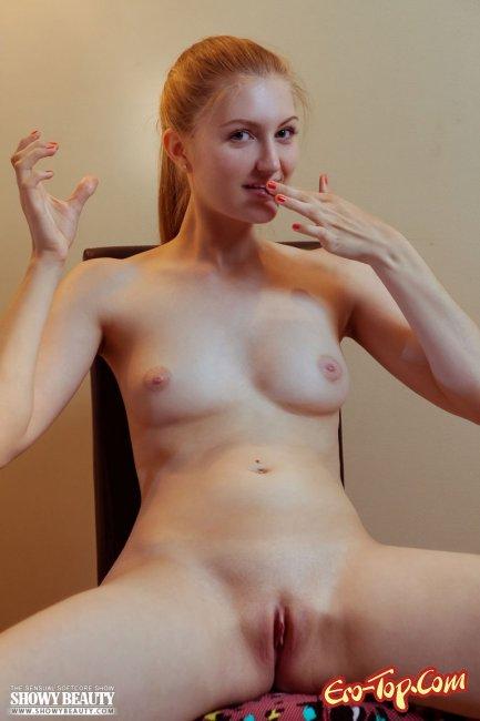 Голенькая рыжая телка красуется стройной фигурой - фото эротика.