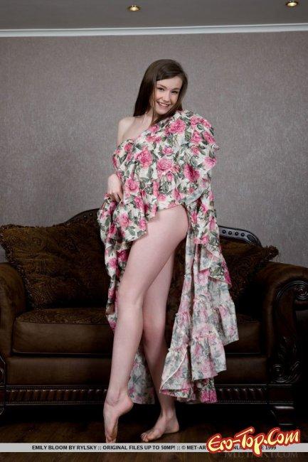Девушка с красивой голой киской сексуально позирует - фото эротика.