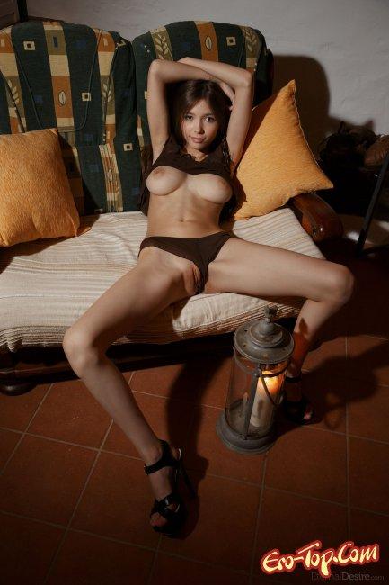 Грудастая худая брюнетка светит гладкой киской - фото эротика.