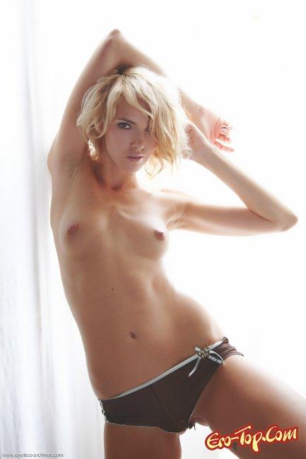 Милая худая блондинка с маленькой грудью светит киской - фото.