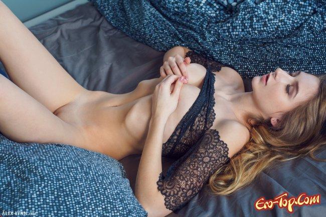 Белокурая красотка  показывает голое красивое тело - фото.