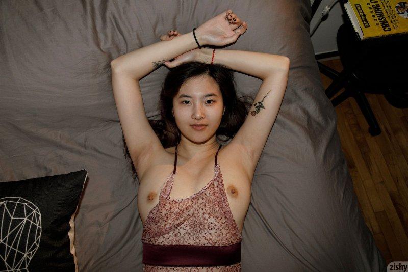 Молодая корейская девушка голая в туалете - фото