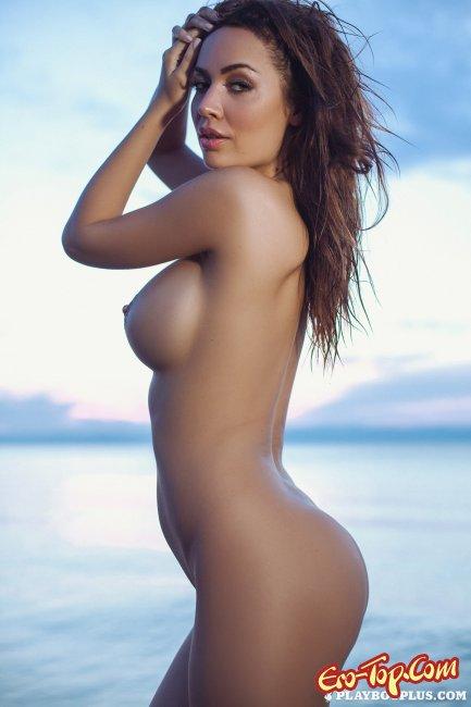 Девушка из журнала  на побережье крутит большими дойками - фото.