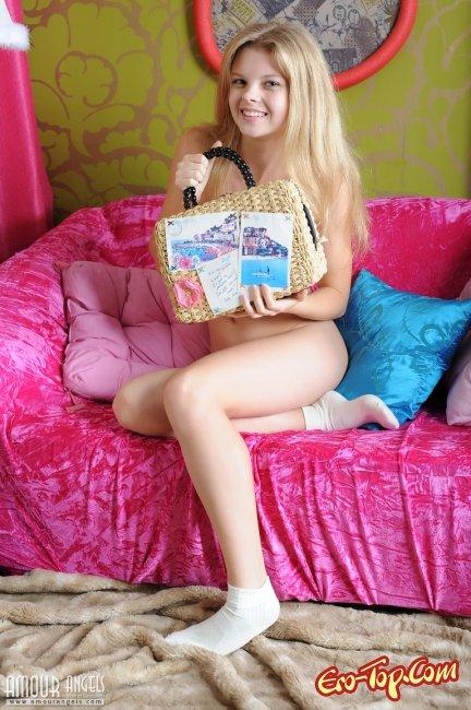 Миниатюрная милая блондинка с красивой попкой рачком - фото эротика.